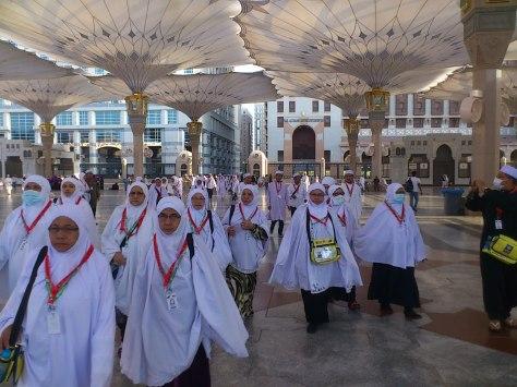 Dataran Mesjid Nabawi pada siangnya dibukakan payung gergasi.