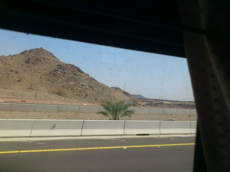 Sepanjang perjalanan ke Mekah, diiringi cuaca panas dan pemandangan mukabumi berbukit dan kering kontang