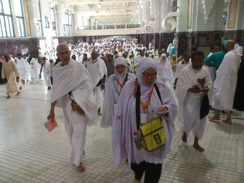 Sedang melakukan Ibadat Sae di Safa-Marwah