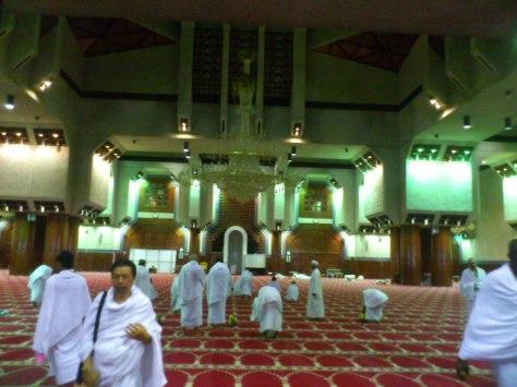 Dalam mesjid Tan'im. Bersolat ihram 2 rakaat sebelum berniat ihram setiap kali melakukan Umrah Sunat.