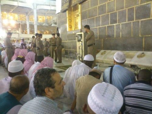 Dapat solat berjemaah di belakang Imam di depan kaabah, suatu moment yang sangat mengujakan.