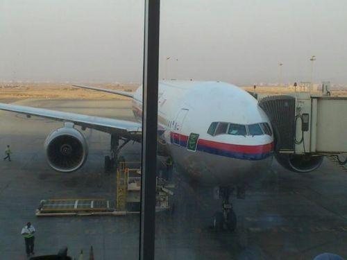 pesawat MAS B777 siri 200 (MH2080) sedang menunggu jemaah KT18 untuk dibawa pulang ke tanahair