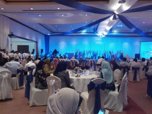 Food fest adalah acara santai makan sambil berhibur dengan persembahan tradisi negara2 partisipasi